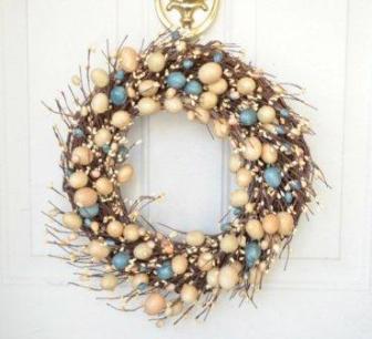 Пасхальный венок из веточек с кремовыми и голубыми яйцам