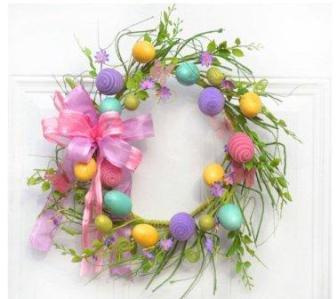 Венок с разноцветными пасхальными яйцами - желтого, сиреневого, мятного и розового цвета