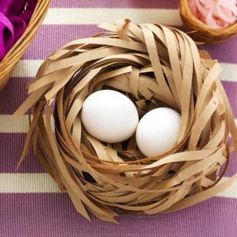 Обычные белые яйца в импровизированной корзинке из деревянной стружки