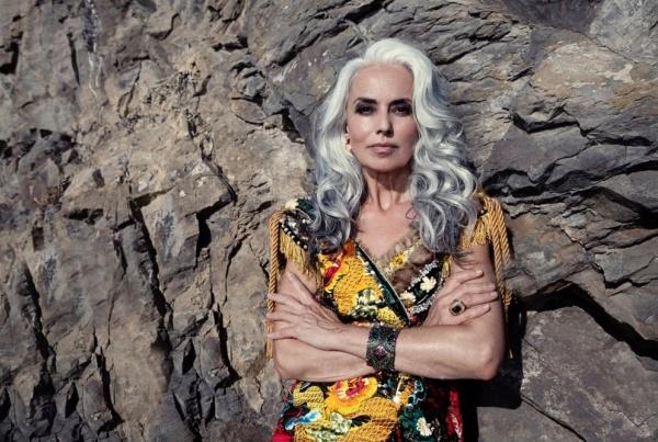 Фото Ясмины России с перстнем и браслетом, на фоне скалы