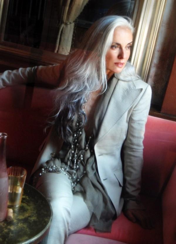 Модель Ясмина Росси в голубом/светло-сером брючном костюме