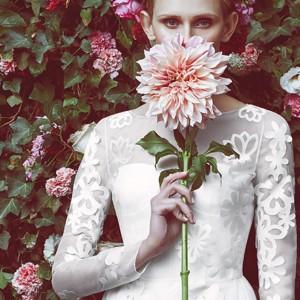 Белое свадебное пдлатье с цветочными аппликациями