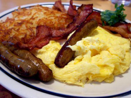 Сытный и обильный американский завтрак
