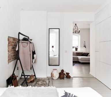 Комната-прихожая с белыми стенами