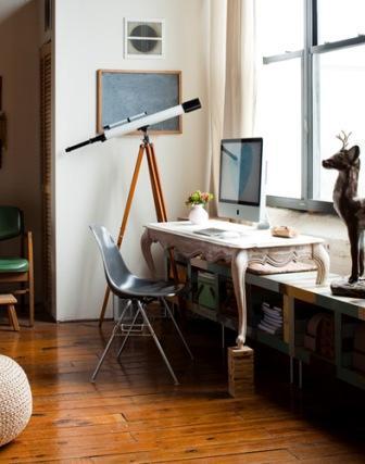 Маленький рабочий кабинет/домашний офис с белыми стенами