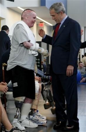 Буш встретился с ветаранами войны в реабилитационном центре