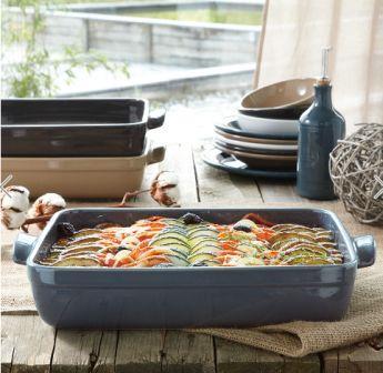 Пироги в керамической посуде в духовке