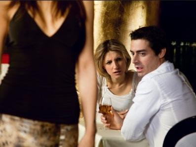 Мужчина смотрит на других женщин