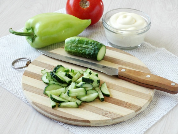 Омлетный салат с колбасой -шаг 3