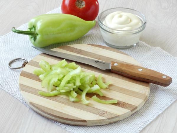 Омлетный салат с колбасой - шаг 4