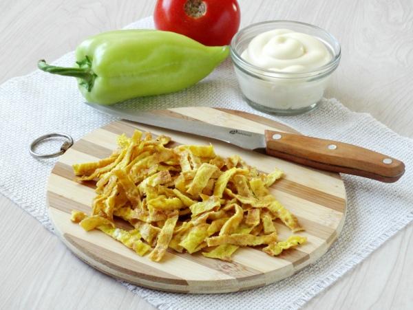 Омлетный салат с колбасой - шаг 6