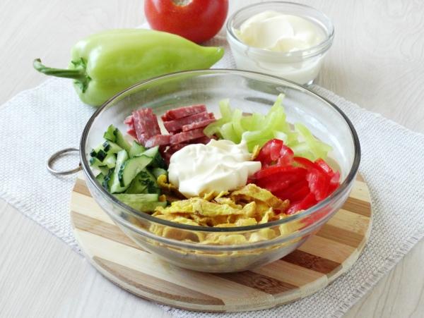 Омлетный салат с колбасой - шаг 7
