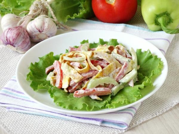Рецепт салата с колбасой и омлетом