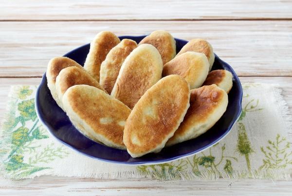 Жареные пирожки с горохом на блюде