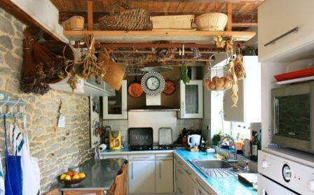 Деревянные полки на кухне, подвешенные к потолку