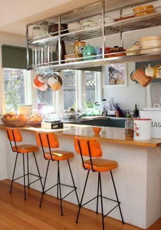 Полки на кухне. подвешенные к потолку