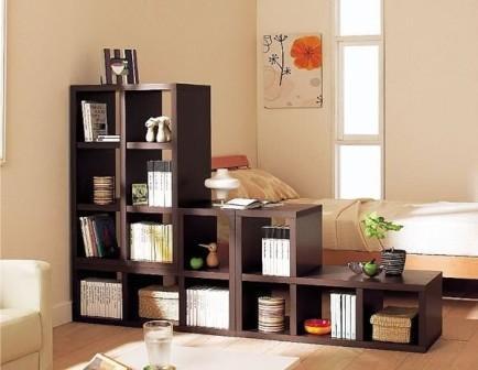 Невысокая коричневая книжная стенка