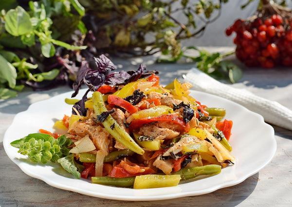 Салат с болгарским перцем, стручковой фасолью и курицей