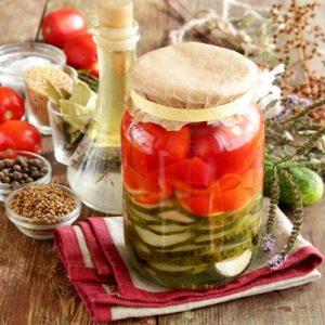 Маринованное ассорти из помидоров, огурцов, болгарского перца