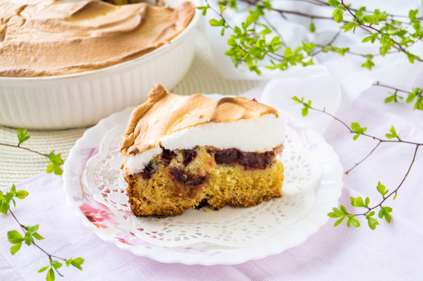 Ягодный пирог под безе