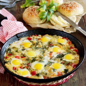 Яичница с картофелем, болгарским перцем, помидорами, сыром