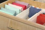 Ящик шкафа саккаратно разложенными вещами