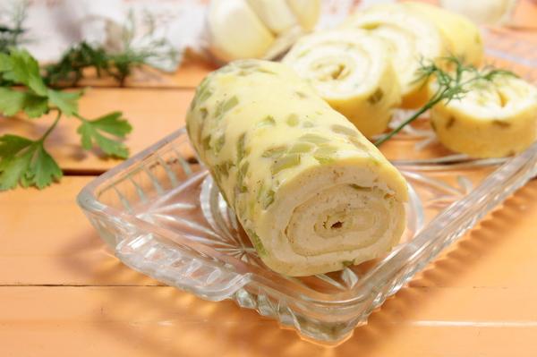 Омлетный рулет с плавленым сыром и чесноком