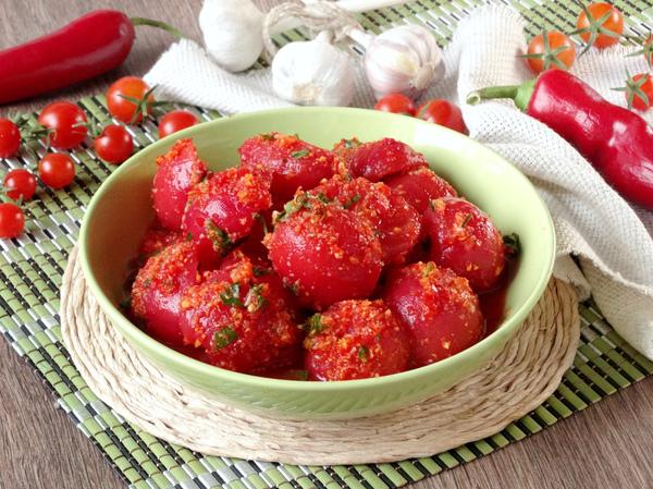 Маринованные помидоры дольками, с чесноком