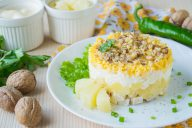 Салат с курицей, ананасом, яйцом, сыром, орехами