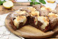Шоколадный пирог с грушами и творогом