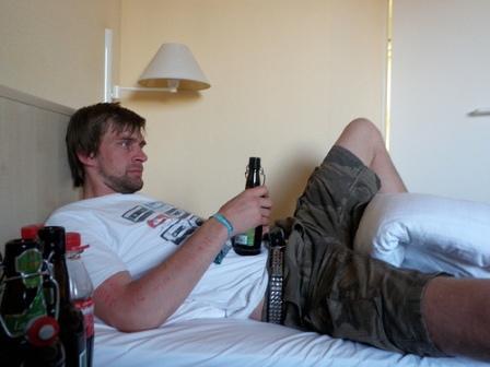 Мужчина с пивом на кровати