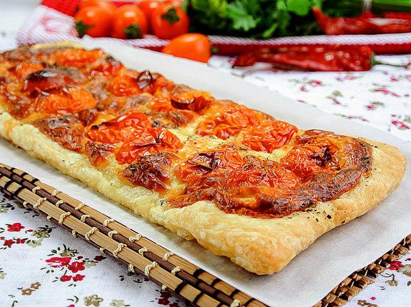 Пирог прямоугольной формы из слоеного теста с моцареллой и помидорами