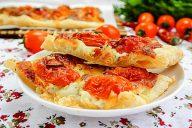 Слоеный пирог с помидорами и сыром