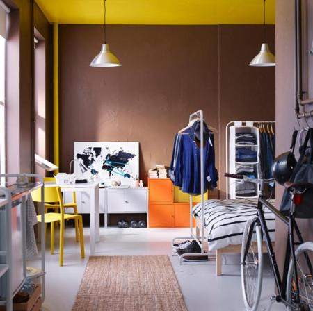Разделение комнаты при помощи передвижной вешалки с одеждой