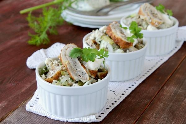 Омлетный салат с огурцом в формочках