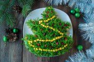 Новогодний салат, выложенный в виде олки