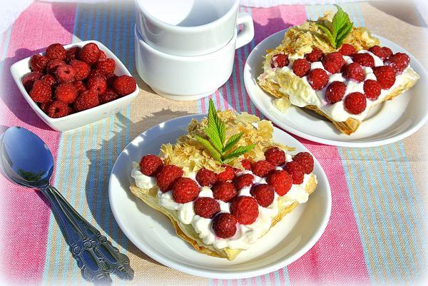 Слоеные пирожные со взбитыми сливками и ягодами