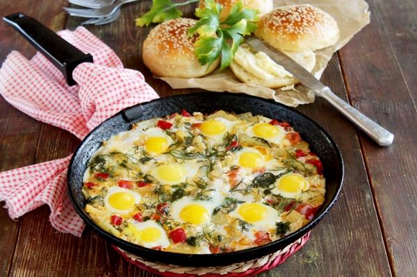 Яичница из перепелиных яиц с овощами