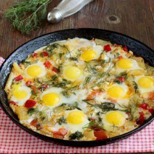 Яичница с картофелем и яйцами