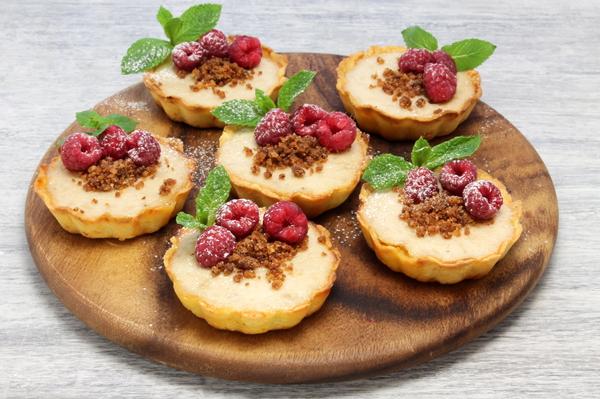 Корзиночки из песочного теста с сыром и фруктами