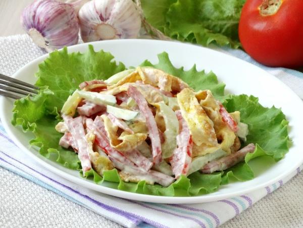 omletnyj-salat-s-kolbasoj_01