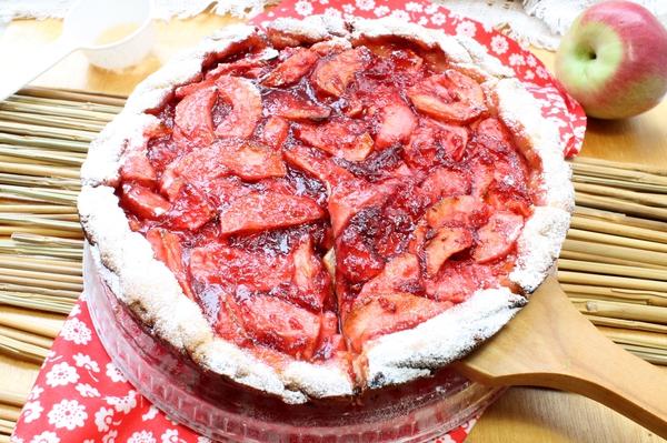 Песочный пирог с яблоками и брусничным вареньем