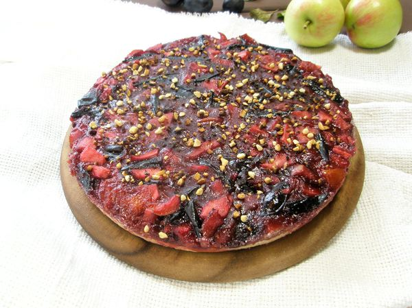 Пирог с фруктовым ассорти из слив, яблок, груш