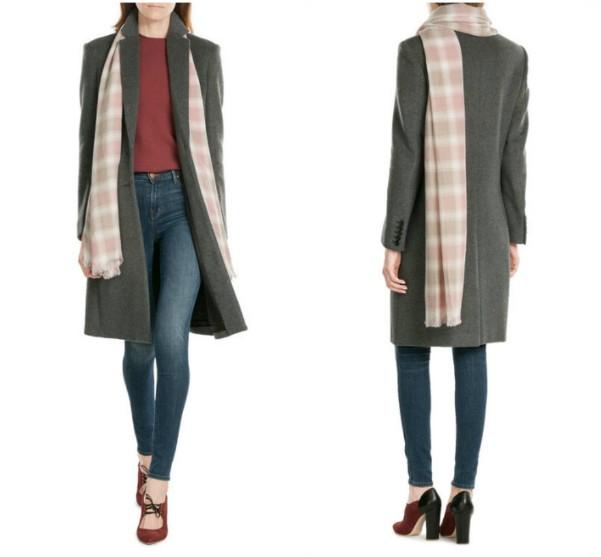 Как носить светлый длинный клетчатый шарф с темным пальто