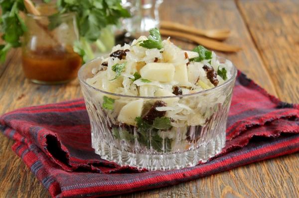Салат из кислой капусты с луком и яблоком