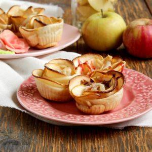 Розочки из яблок в тесте
