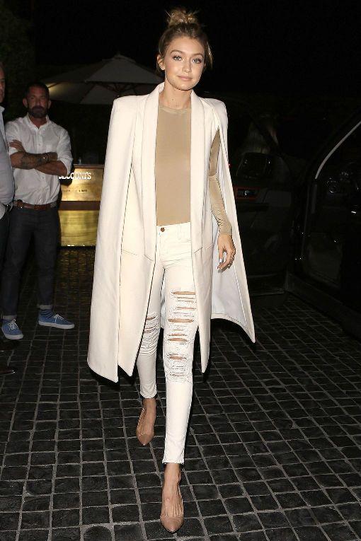Джиги Хадид в рваных джинсах