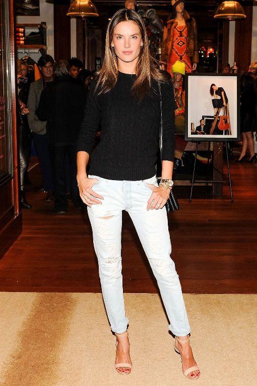 Алессандра Амброзио в рваных джинсах
