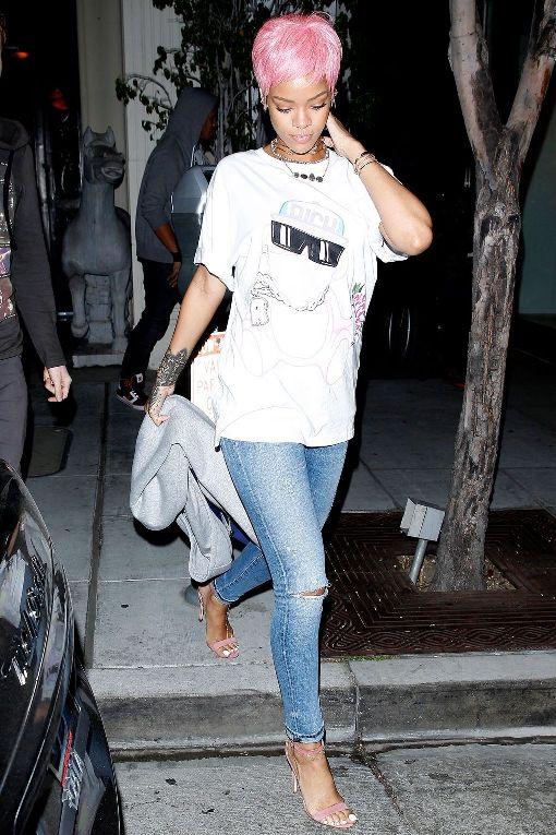 Рианна в рваных джинсах