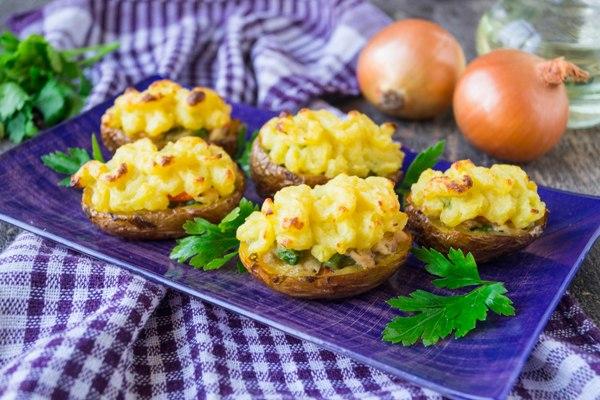 Картофель фаршированный курицей и овощами